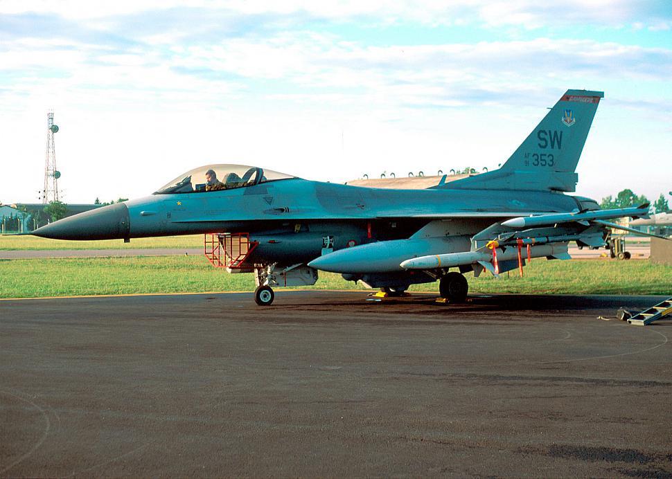"""""""353"""" sa """"kill"""" oznakom na trupu koja predstavlja oboreni MiG-29 jugoslovenskog RV i PVO / Foto: USAF"""